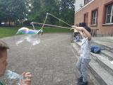 Zdjęcie dziecka bawiącego się bańkami