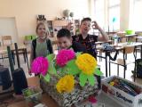 Zdjęcie dzieci z kwiatkami