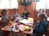 Zdjęcie przedstawiające dzieci budujące rakietę