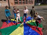 Dzieci bawiące się chustą